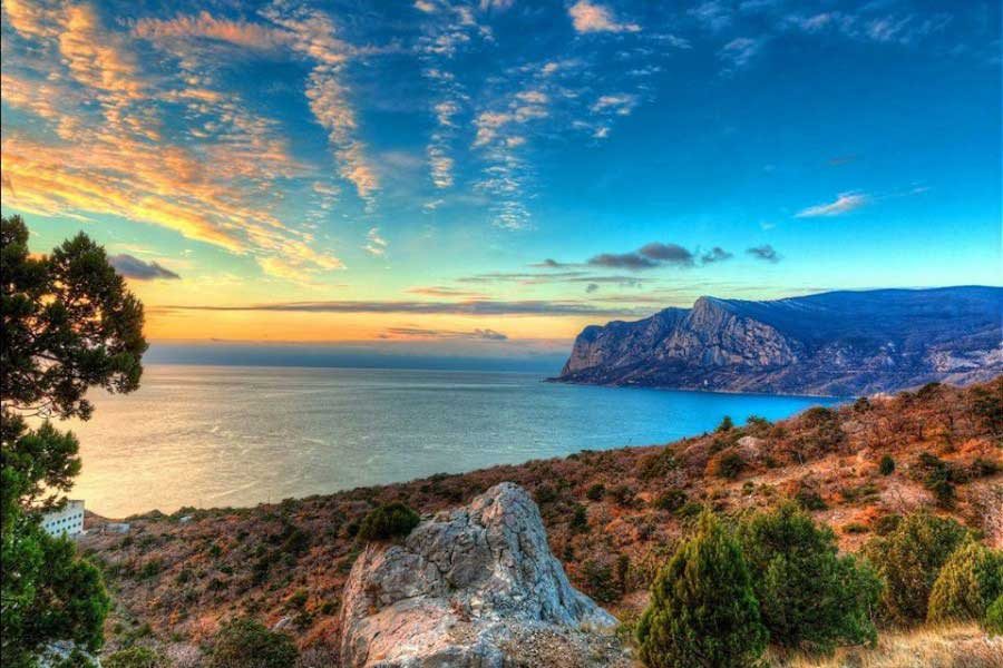 Красивый вид на Черное море с побережья ЮБК