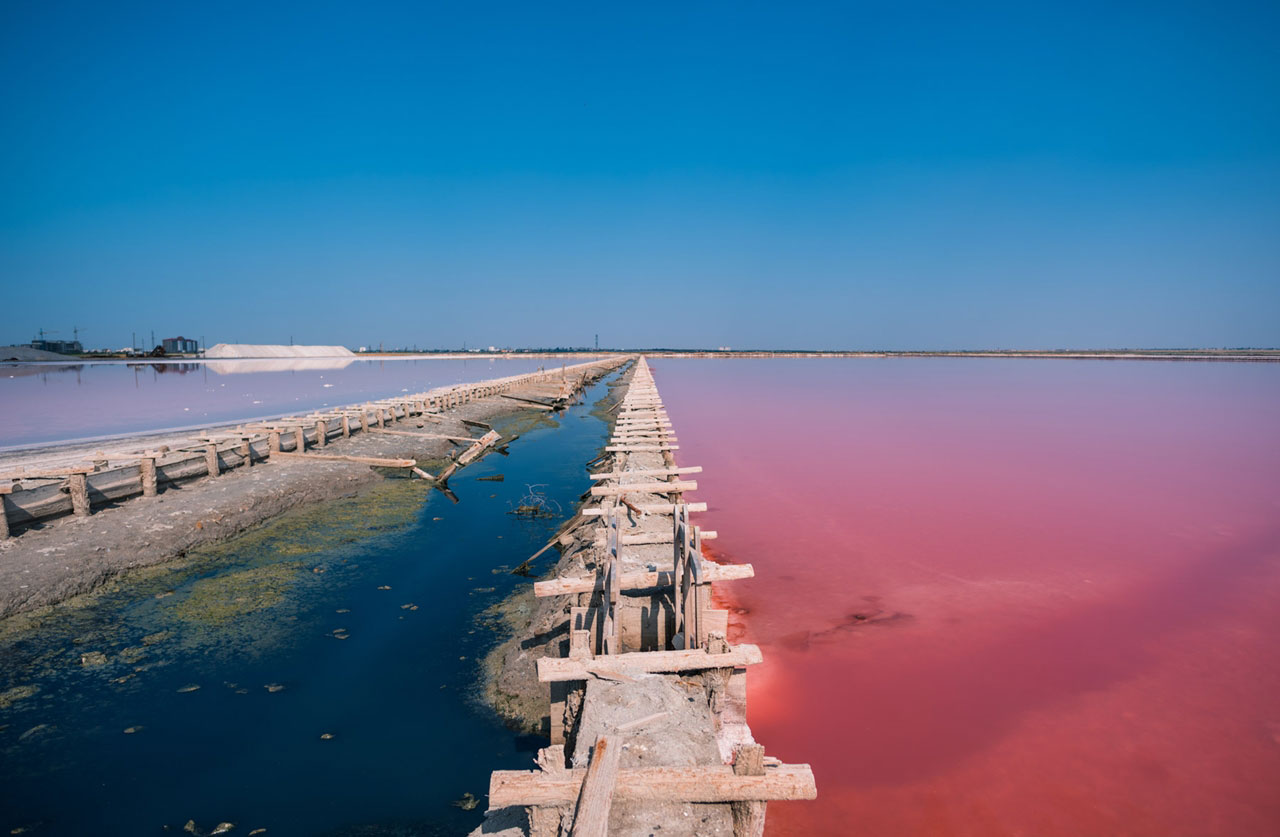 Вид на красное, соленое и голубое озеро Сасык-Сиваш