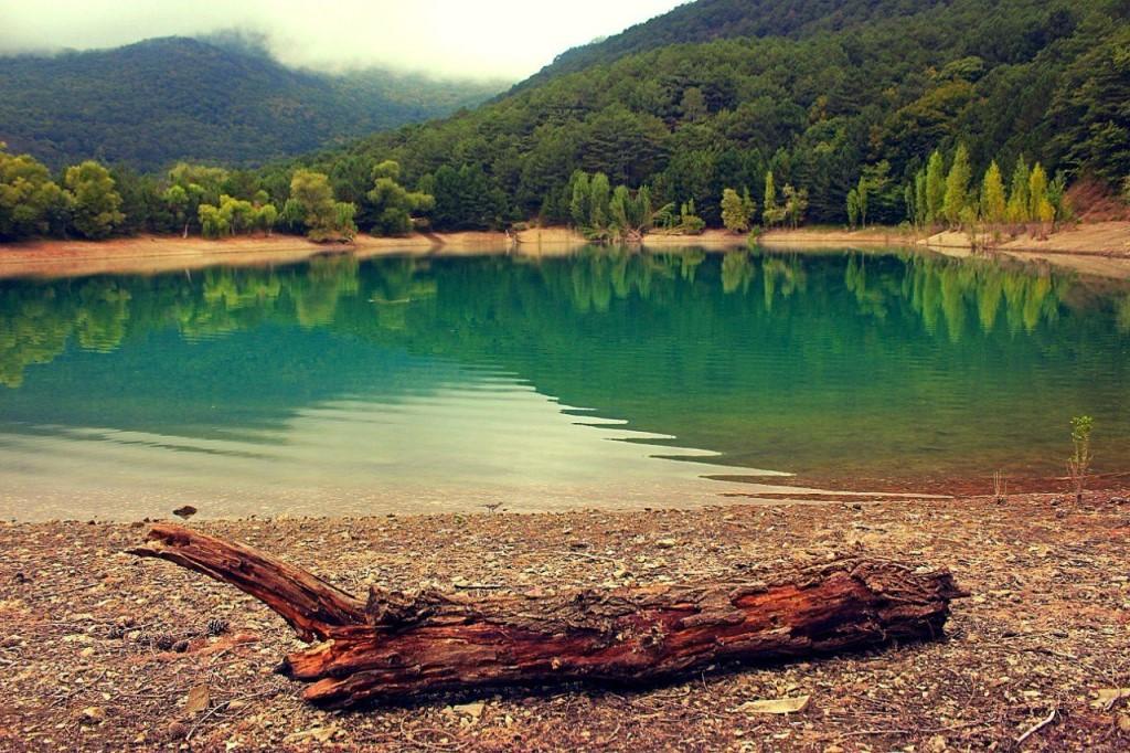 Вид на Бирюзовое озеро с берега