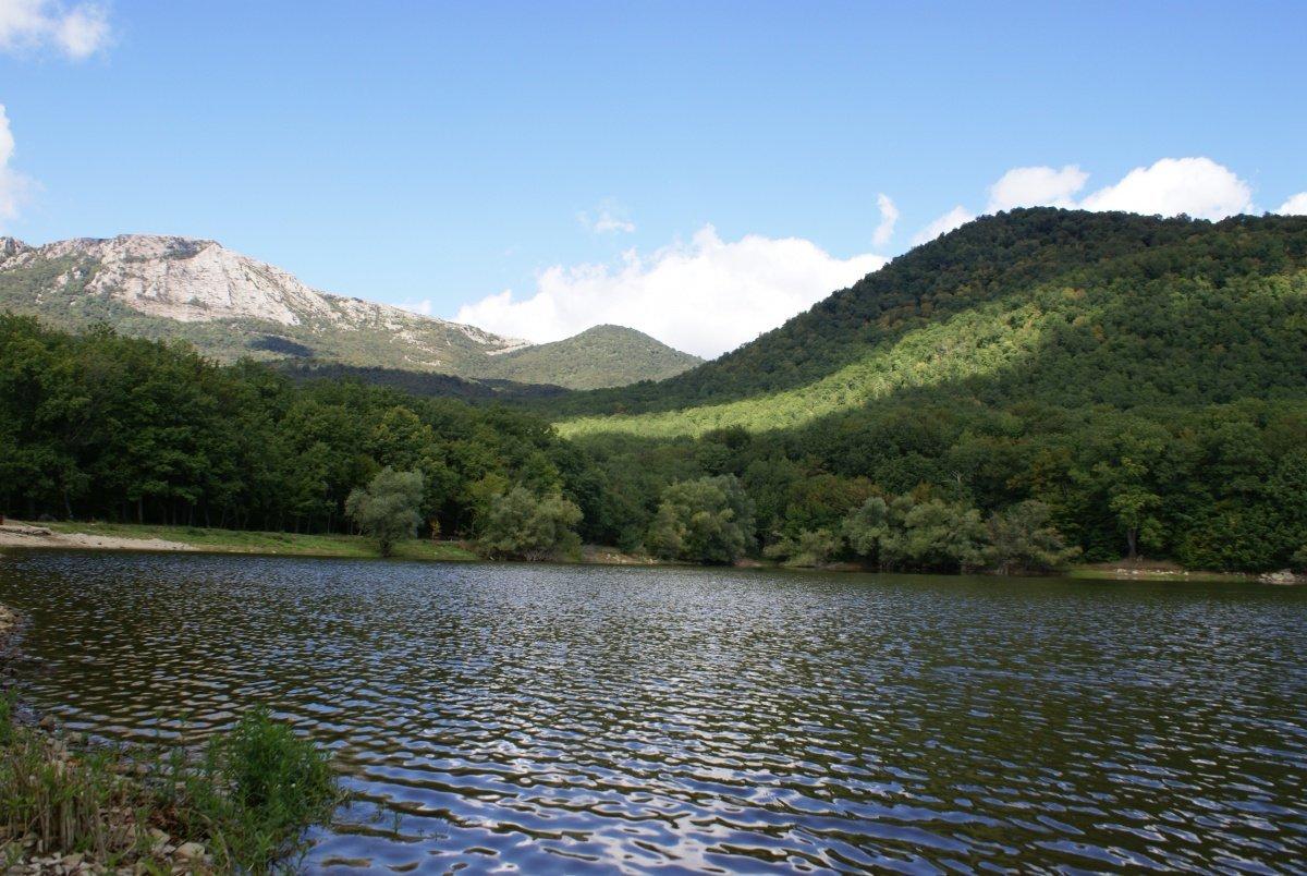 Горное озеро Кастель, вид с берега