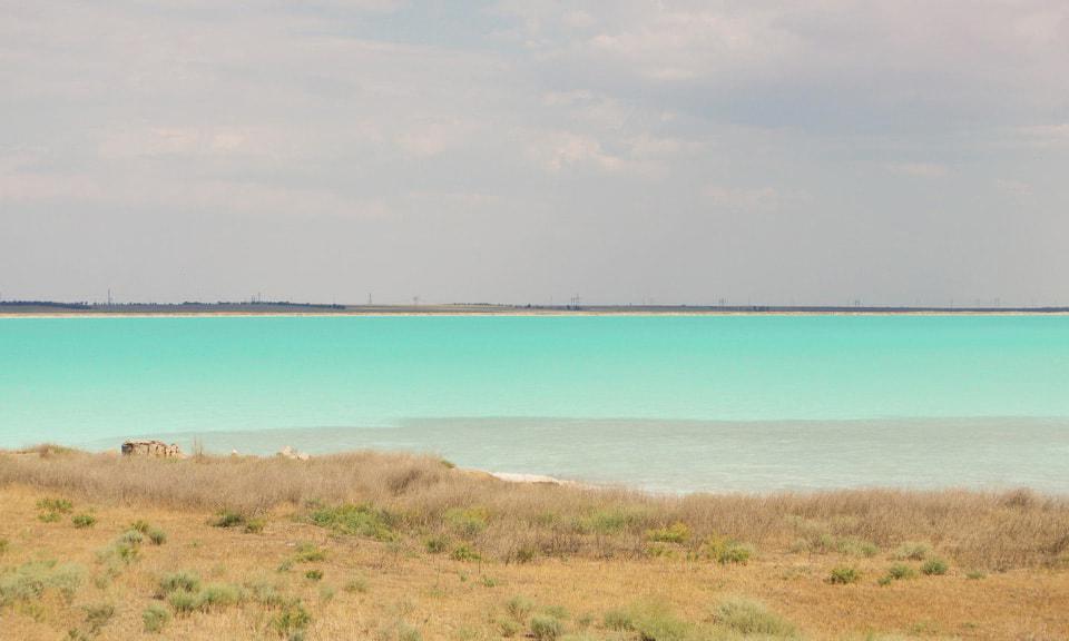 Вид на Красное озеро Асс с берега, которое совсем и не красное