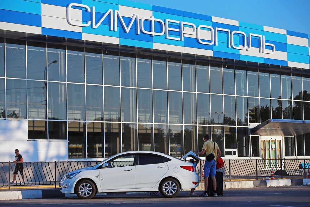 Машина рядом с аэропортом Симферополь